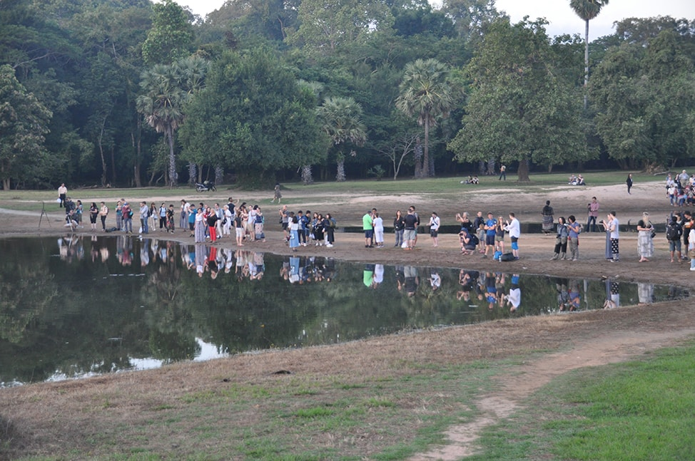 Image of crowds at Angkor Wat on the right side of the entrance